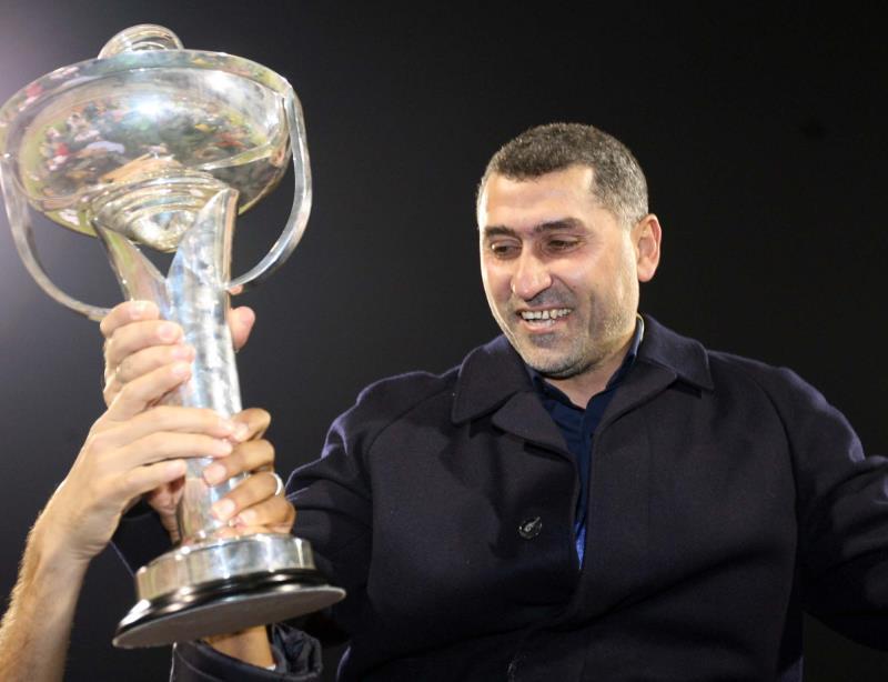 مدرب طرابلس نزار محروس يرفع كأس الاتحاد حين أحرزه مع شباب الأردن عام 2007 (أرشيف ـ عدنان الحاج علي)