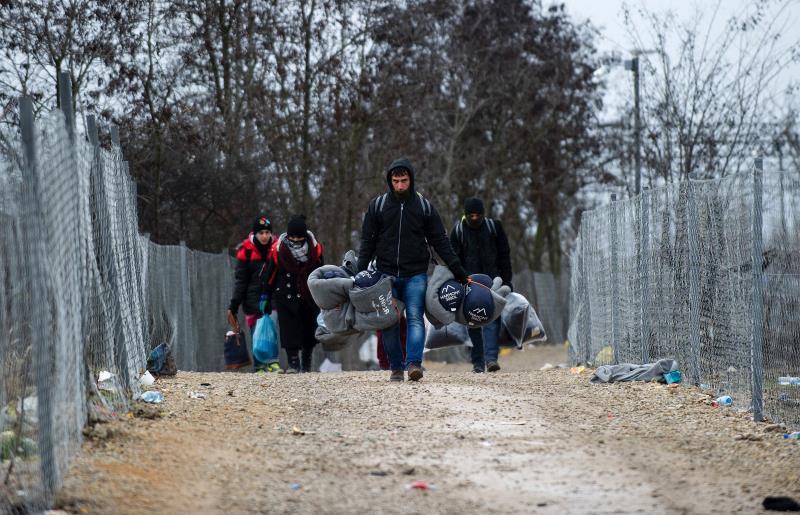 مهاجرون سوريون يعبرون الحدود الصربية ـ المقدونية قبل أيام