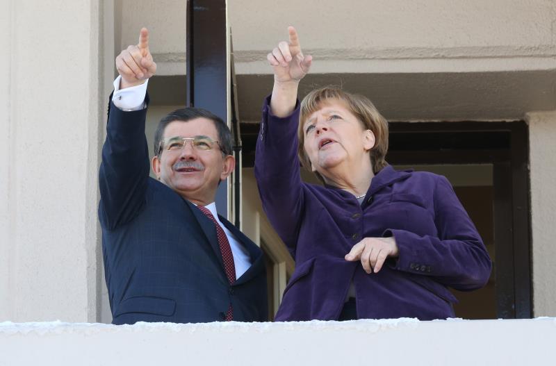 داود أوغلو: يجب ألا يُنتظر من تركيا تحمّل أعباء اللاجئين وحدها