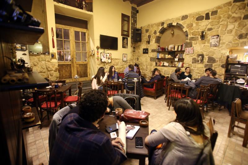 يأخذ العراقيون من شارع الخضر في جرمانا مقهى لهم