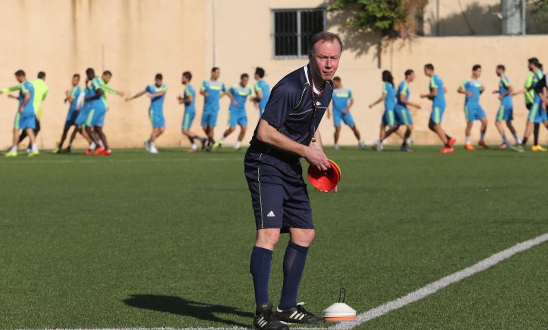 جاسبرت يهيّئ الملعب للحصة التدريبية أمس (عدنان الحاج علي)