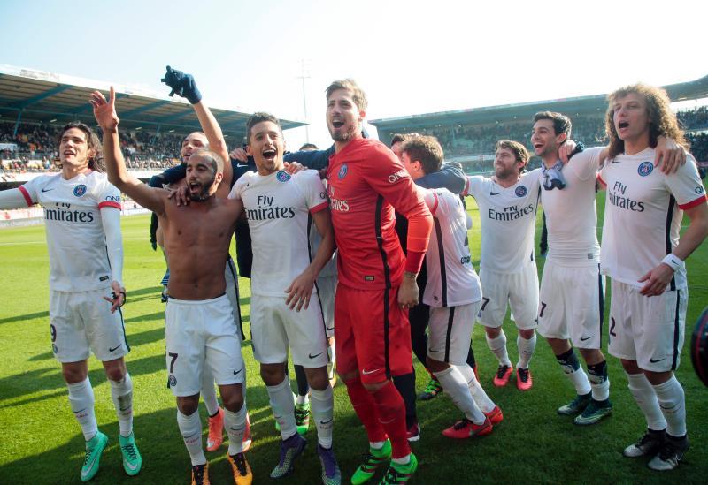 لاعبو سان جيرمان يحتفلون باللقب (جاك ديمارثون ــ أ ف ب)
