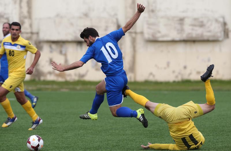 صراع قوي بين لاعب العهد أحمد زريق مسجّل الهدف الثاني (11) ولاعب الراسينغ طارق حلوم
