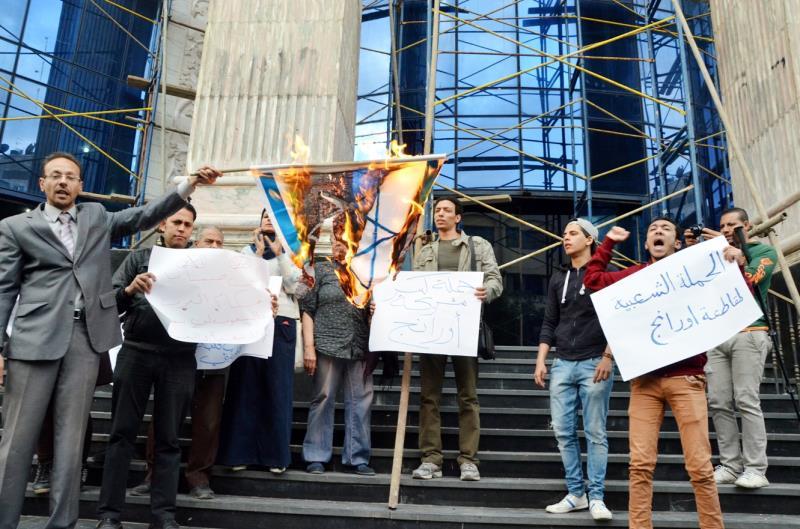 من تظاهرة أمام نقابة الصحافيين احتجاجاً على تشغيل شركة «أورانج» في مصر
