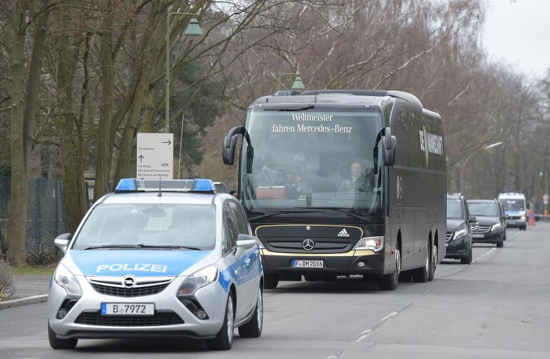 مواكبة أمنية لحافلة منتخب ألمانيا المتجهة إلى ملعب برلين للتدرب (توبياس شفارز ــ أ ف ب)