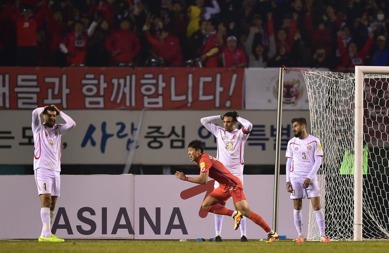 حسرة لاعبي منتخب لبنان بعد الهدف الكوري القاتل