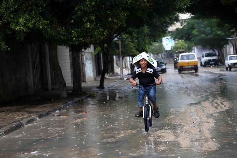 تبدو حلول الاستفادة من مياه الأمطار أنجع من محطات التحلية على البحر