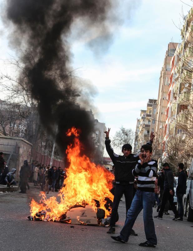 متظاهرون ضد حظر التجوال في ديار بكر