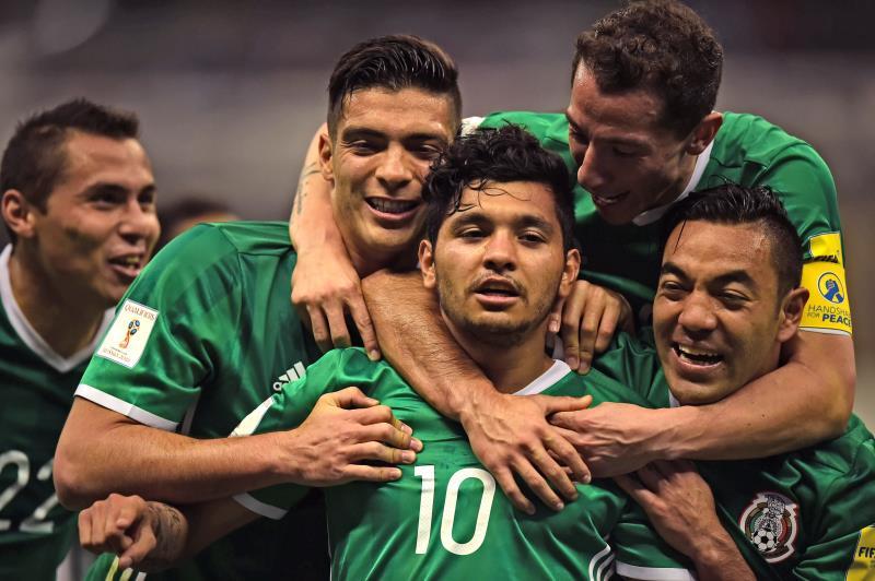 فرحة لاعبي المكسيك بهدف كورونا (رونالدو شميدت ــ أ ف ب)
