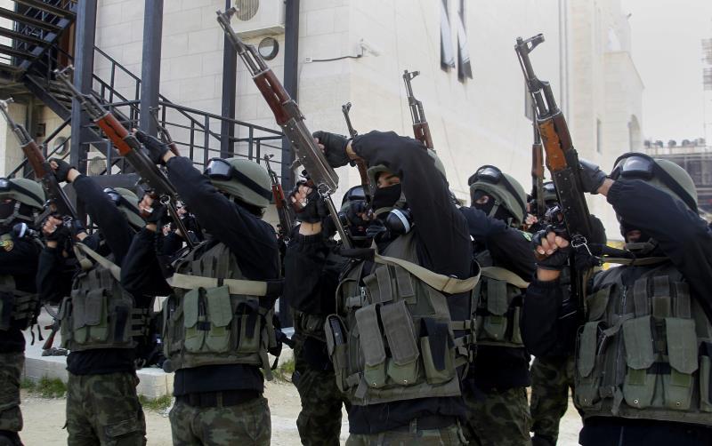 عناصر أمن تابعون للسلطة الفلسطينية خلال تدريبات في الخليل أمس
