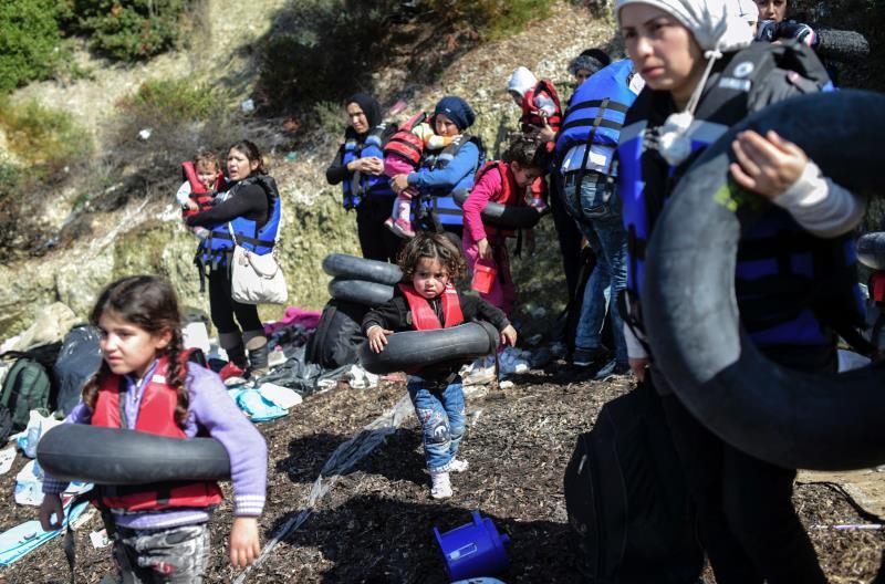 تَجْمع السوريين المهاجرين رحلة «البالم» المطاطي... إلى أن يصلوا أوروبا وتظهر الخلافات (أ ف ب)