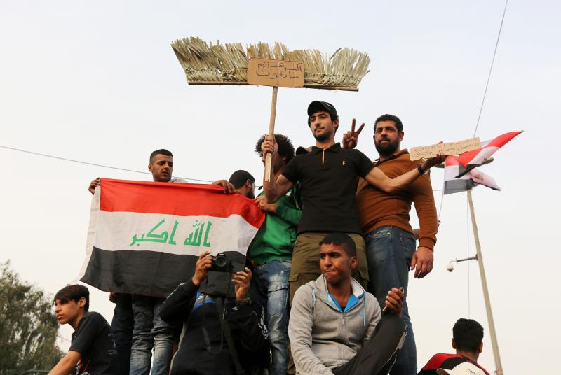 خرج آلاف العراقيين في مدن أخرى غير بغداد بينها الحلّة والنجف والكوت