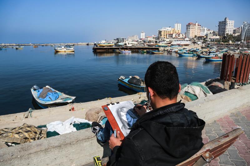 مرّ على غزة حروب عدة، وعاش أبناء القطاع حصاراً قارب عشر سنوات. برغم كل ذلك، يجد الفلسطينيون ما يرفهون به عن أنفسهم. في ميناء غزة، التقطت عدسة الزميل نضال الوحيدي صورة لرسام غزّي.