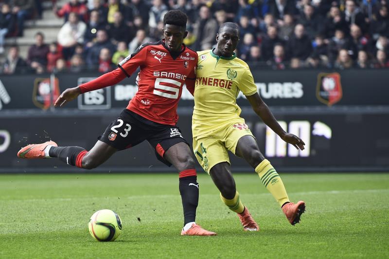 يتابع برشلونة عثمان ديمبلي لاعب رين (داميان ماير ــ أ ف ب)