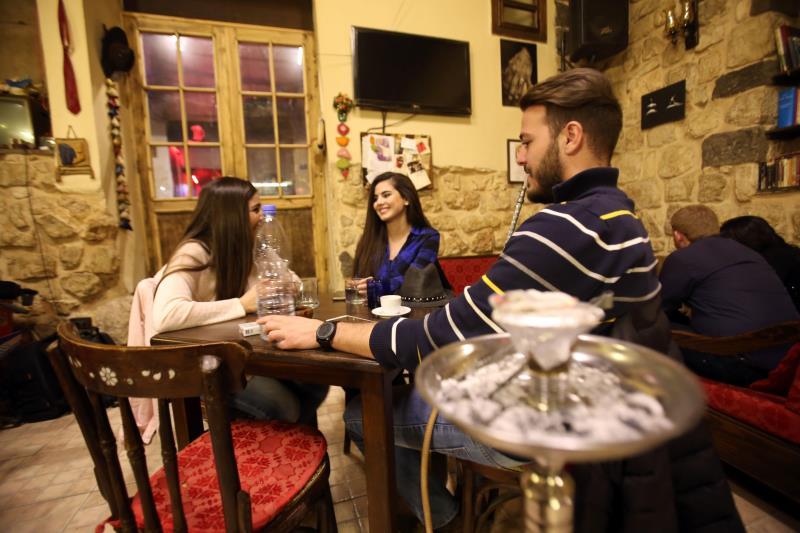 في أحد مقاهي العاصمة دمشق قبل أيام (لؤي بشارة ــ أ ف ب)