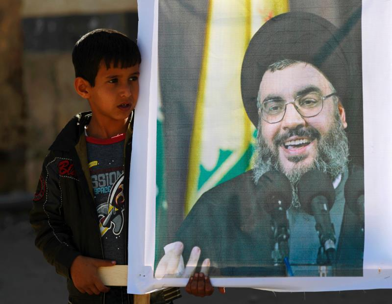 طفل يمني يرفع صورة الأمين العام لحزب الله قبل أيام في صنعاء