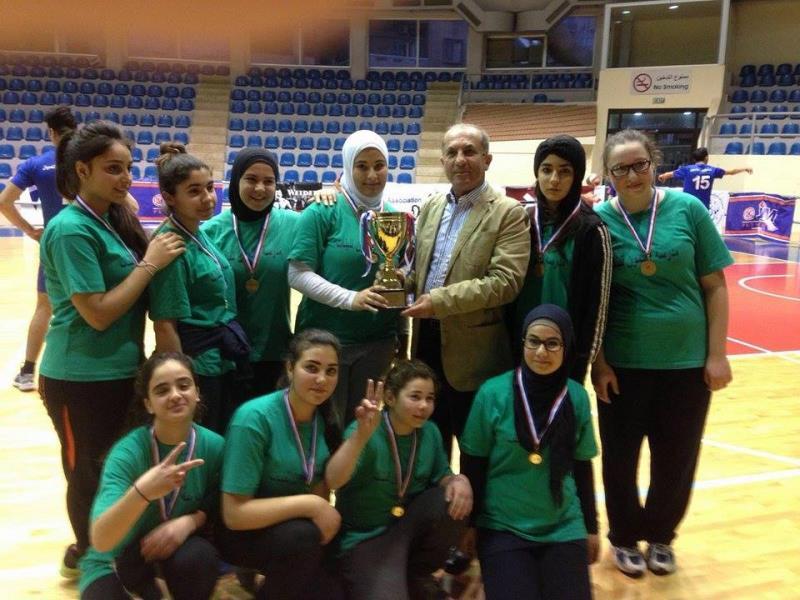فريق مدرسة القلمون الرسمية للبنات بطل فئة 2000/2001