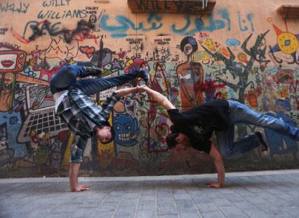 التغريبة السورية... Break dance على الرملة البيضاء