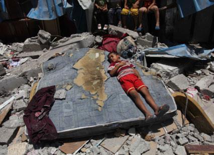 الصليب الأحمر يتنصل من دم الغزّيّين