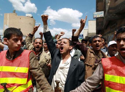 الحوثيون يحكمون  سيطرتهم حول صنعاء... بالنار