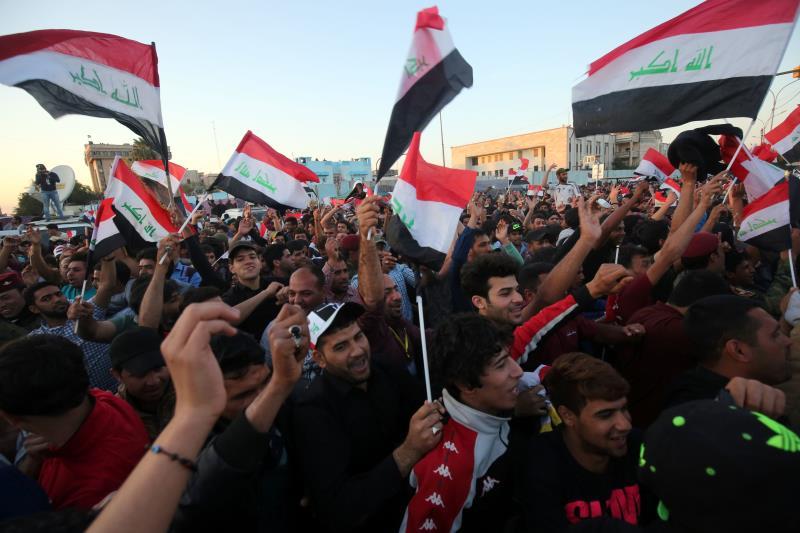 مناصرو الصدر يحتفلون خارج «المنطقة الخضراء» بعد إعلان الصدر إنهاء الاعتصامات