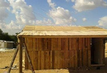 من لم تنفعه الخيمة أو «الكرافان»: بيوت بالخشب المستعمل في غزة