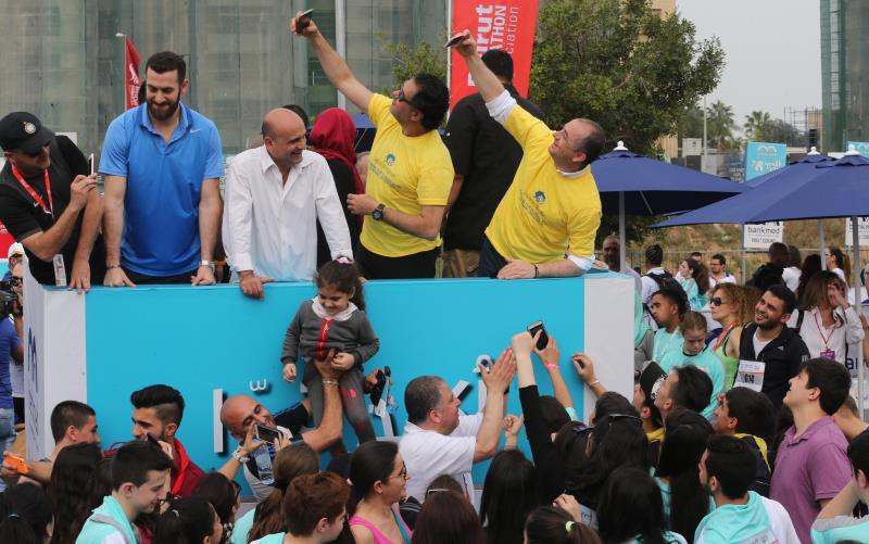 """""""سيلفي"""" من الوزير الياس أبو صعب والفنان راغب علامة قبل انطلاق السباق (عدنان الحاج علي)"""