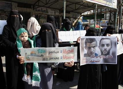 الاحتلال ينكّل بعائلة الشهيدين ويعتقل والدتيهما