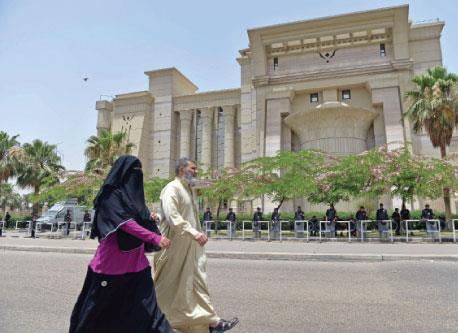 انقسام داخلي وحصار خارجي يظللان حكم «الاخوان» لمصر
