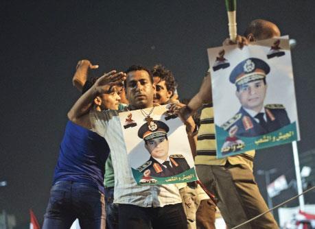 العسكر يطيح مرسي... ويطارد قادة «الإخوان»