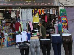 سوريون يبحثون عن الدفء في أسواق البالة