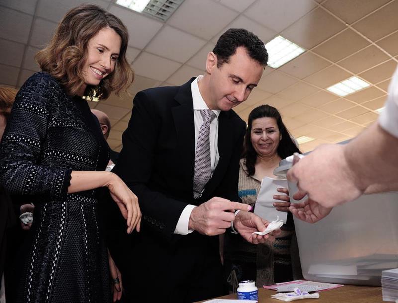 خلال اقتراع الرئيس بشار الأسد وعقيلته صباح أمس في دمشق (أ ف ب)