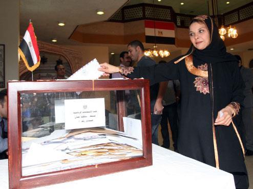 اقتراع المصريين في لبنان: مبارك لسّه حاكم!