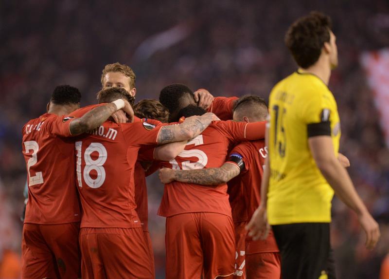 فرحة لاعبي ليفربول بالتأهل الى نصف النهائي (أولي سكارف ـ أ ف ب)