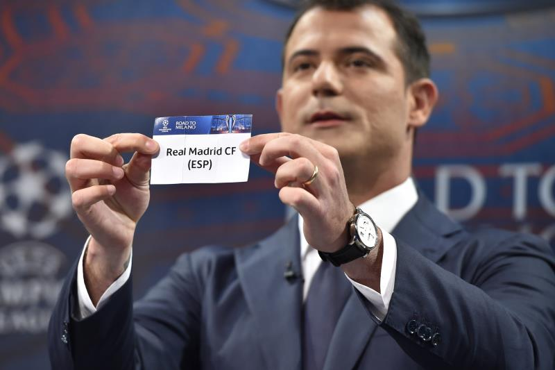 اللاعب الصربي السابق ديان ستانكوفيتش مشاركاً في القرعة (فابريس كوفريني ـــ أ ف ب)