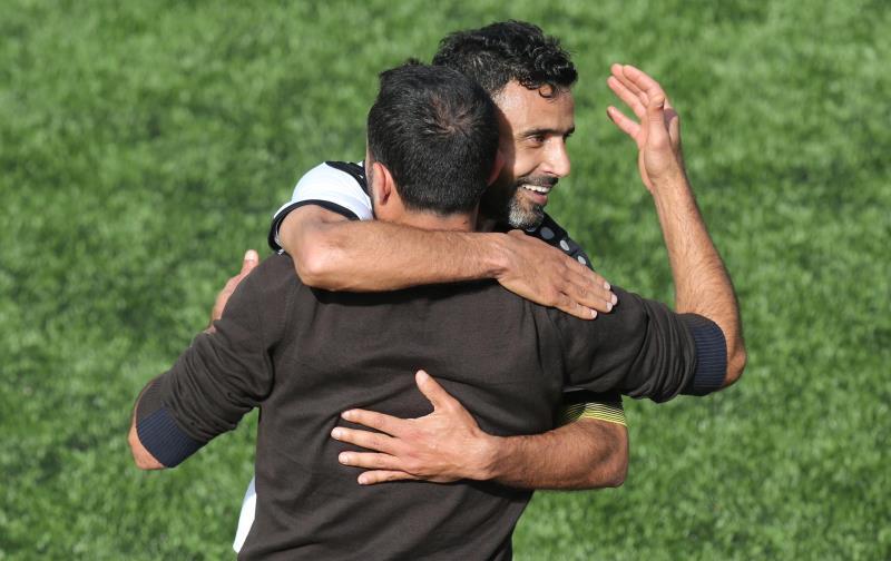 لقطة المباراة: احتفال عطوي بهدفه مع مدرب الساحل حجيج (عدنان الحاج علي)