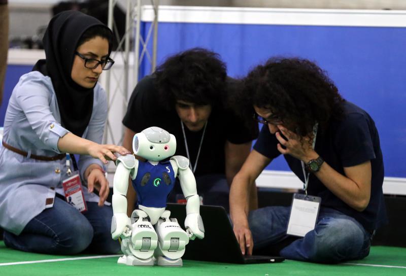 خلال فعاليات كأس العالم للروبوتات (Robo-Cup) الذي نظم في طهران الأسبوع الماضي (الأناضول)