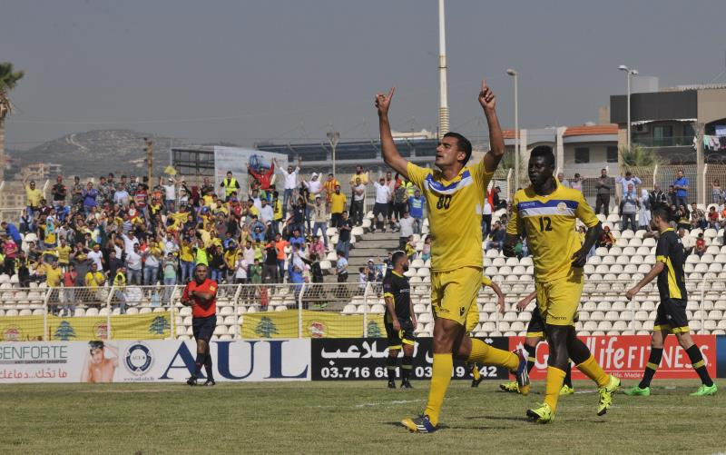 لاعب العهد حسن شعيتو يحتفل بهدفه في مرمى النبي شيت
