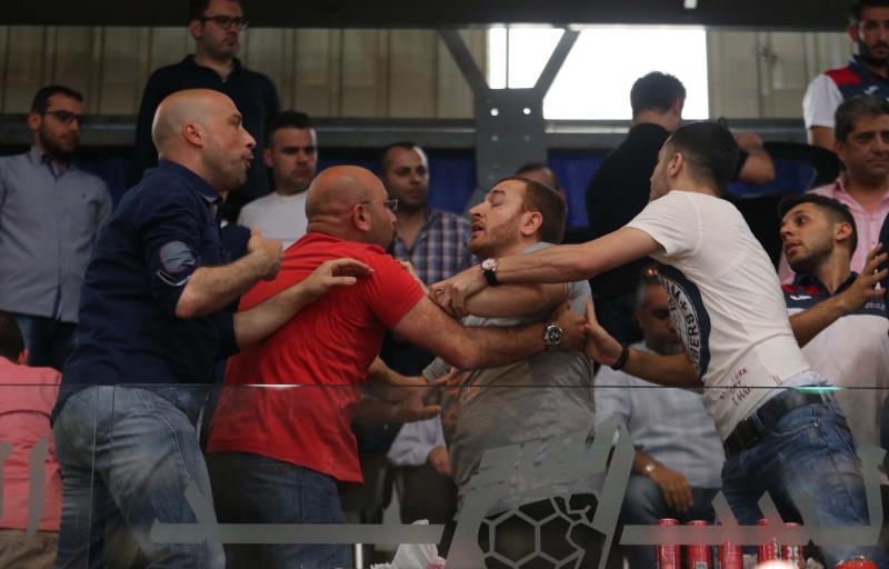 محاولات للتهدئة عقب الاشكال الذي حصل في المباراة (عدنان الحاج علي)