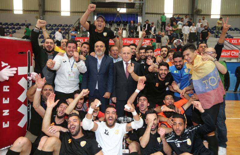 لاعبو الميادين مع كأس البطولة بحضور رئيس الاتحاد هاشم حيدر (عدنان الحاج علي)