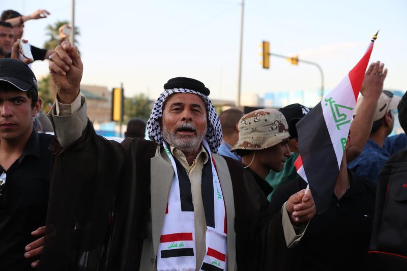 حاصر متظاهرون مقارّ الوزارات (الأناضول)