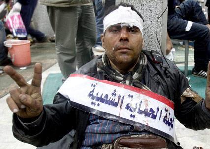 مبارك يلعب آخر أوراقه: بلطجية ومرتزقة... والثوار صامدون