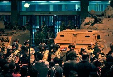 مبارك يتمسّك بالحكم والثوار يرفضون «الرئيس البديل»:  مخاوف من حمّام دم... رهن بموقف الجيش