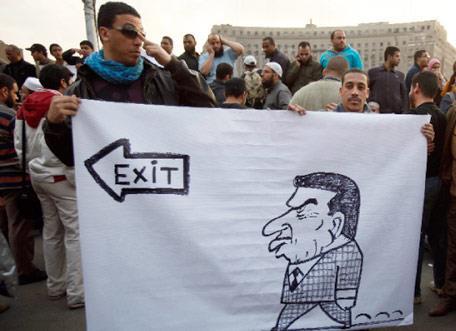 مبارك يتحصّن بالجيش: سليمان للخلافة وحكومة شبه عسكريّة