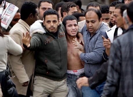مبارك يخسر الداخل والخارج: فراغ أمني... ولا غطاء أميركيّاً