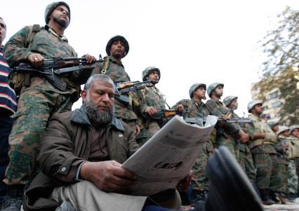 فوبيا الجيش والنموذج التركي: ثلاثة سيناريوات تشغل بال الثوّار