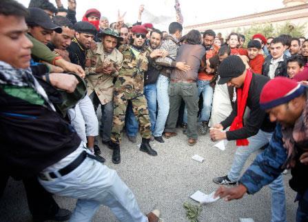 القذافي مصرّ على «القتال» حتى آخر... ليبي