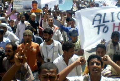 رئيس اليمن يصعّد في عدن... وآل الأحمر يتخلّون عنه