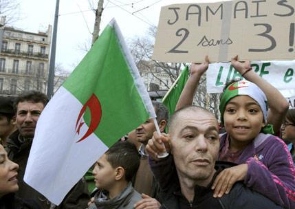 الجزائر في عين الإعصار: البلد العربي الثالث المرشّح لثورة الشارع