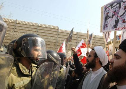 البحرين: السيستاني «مستاء جداً» ويحمّل واشنطن المسؤوليّة... وأوبامـا يسترضيه ويتعّهد «بالحزم» مع الرياض